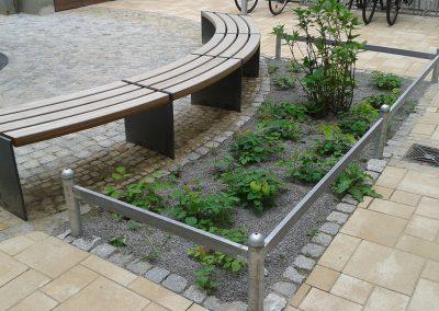 Hofgestaltung - Sitzbänke um einen neuen Hofbaum herum