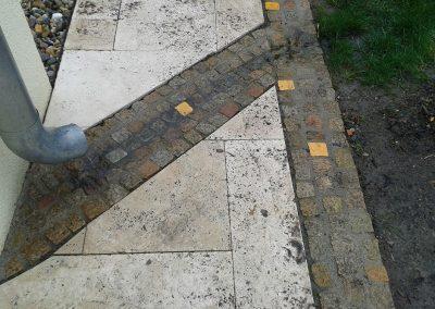 Travertin-Platten in Mischung mit buntem Mosaikpflaster