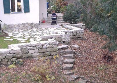 Terrasse und Stützmauer mit Polygonalplatten und Bruchsteinmauern aus Jura-Marmor