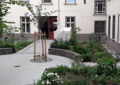 Hofgestaltung mit Wegen, Mauern und Pflanzflächen
