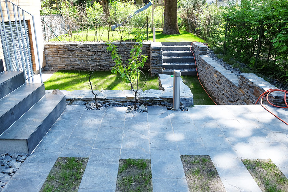 Terrassierung mit Stützmauern aus Theumaer Schiefer-Bruchsteinen und Schieferplatten