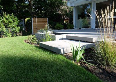 Privatgarten mit Terrassenbelag und Einfassung aus Stein