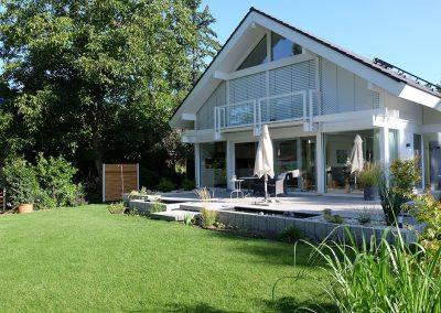 Terrassenbelag aus Steinplatten mit Einfassung aus Steinquadern