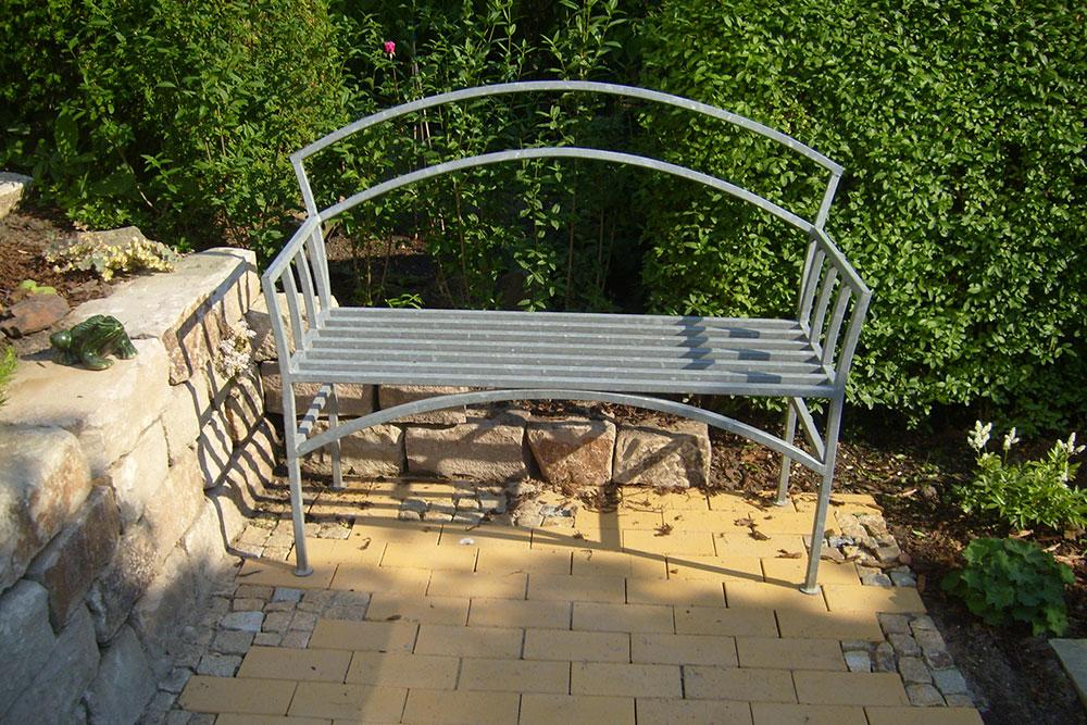 gepflasterte Sitzecke aus Klinker und Natursteinmosaik