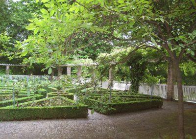 professionelle Gartenpflege: denkmalgeschützte Haus- und Gartenanlage mit Stauden- und Rosenrabatten, ornamentalem Natursteinpflaster, Großbaumpflege