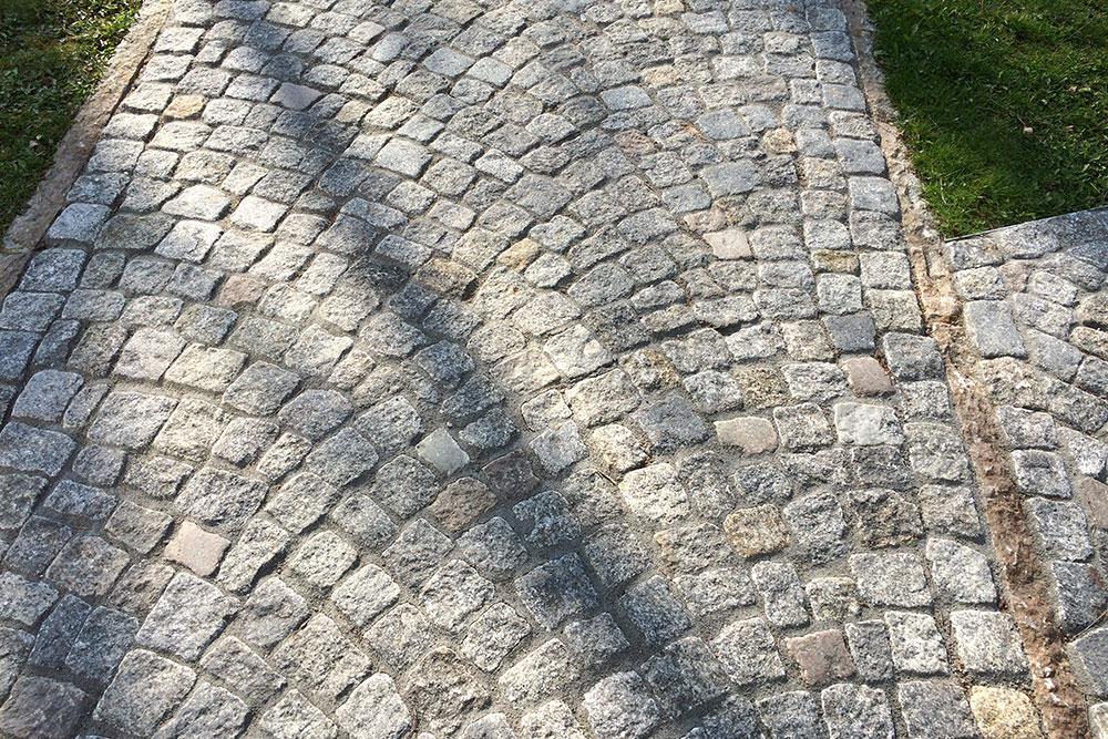 Weg mit Mosaikpflaster aus Naturstein