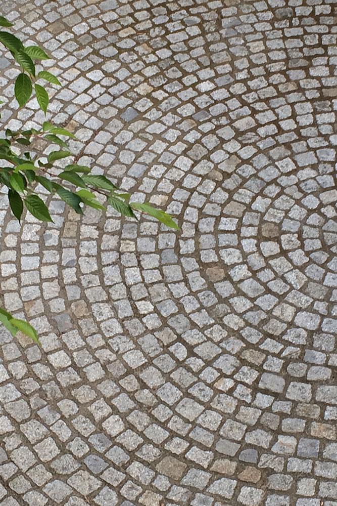 Rondell mit Mosaikpflaster aus Naturstein