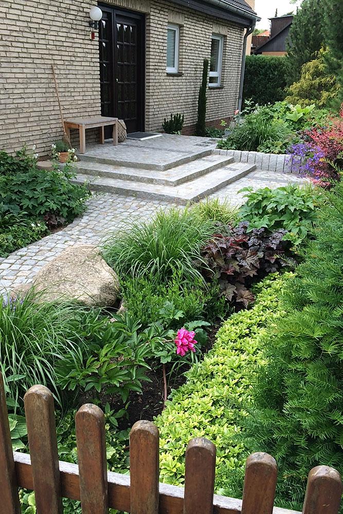 Eingangsbereich mit Stufen / Mosaikpflaster aus Natursteinen