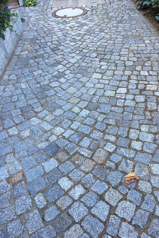 Zufahrt mit Mosaikpflaster aus Natursteinen