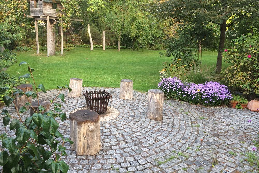 runder Sitzbereich aus Naturstein-Mosaikpflaster