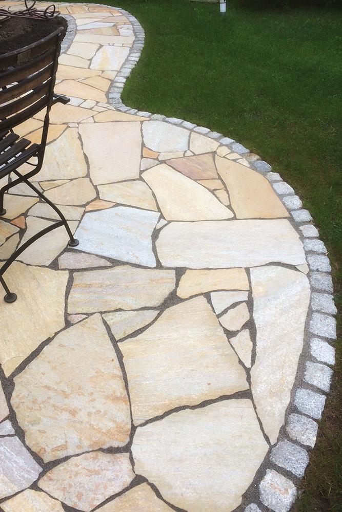 Terrasse aus polygonalen Natursteinplatten