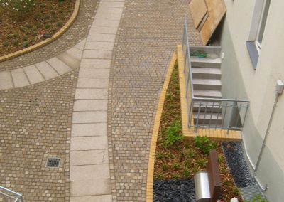 Hofgestaltung mit neuen Wegen, Mauern und Pflanzflächen