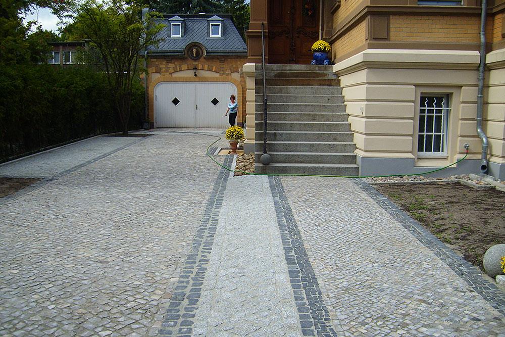Eingangsbereich und Garagenzufahrt aus Naturstein-Mosaikpflaster