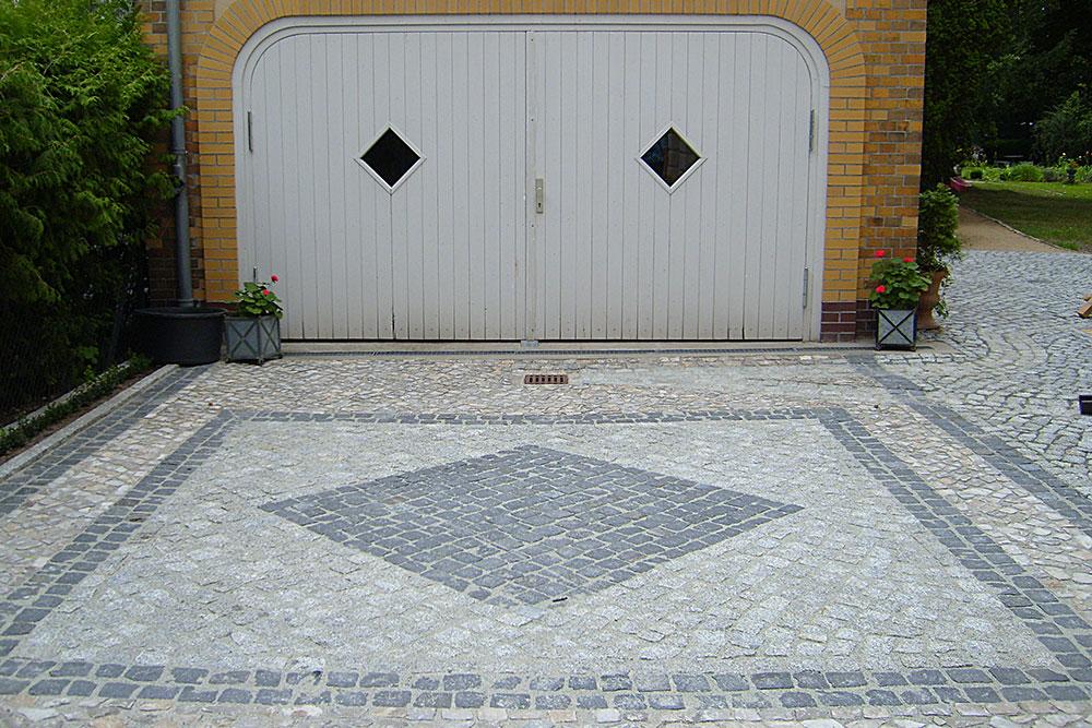 Garagenzufahrt aus Naturstein-Mosaikpflaster