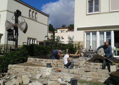 Trockenmauer aus Naturstein im Bau