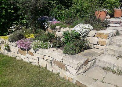 Trockenmauern und Stufen aus Naturstein