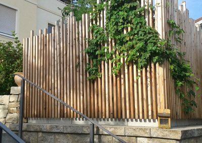 dekorativer, berankter Sichtschutz aus Holz