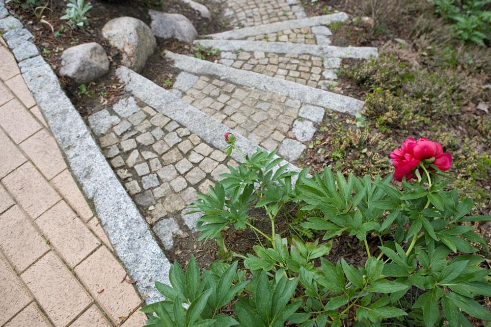 Stufen aus Naturstein mit Mosaikpflaster