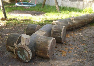 Holzzug aus Baumstämmen