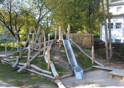 Kletterhügel mit Rutsche (Konstruktion aus Robinienstämmen von Robinienstämmen Fa. Arbofactum)