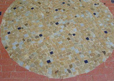 Bau von historisch eingepassten Klinkermauern sowie Anlage einer Klinkerterrasse mit Mosaik-Kreispflasterung