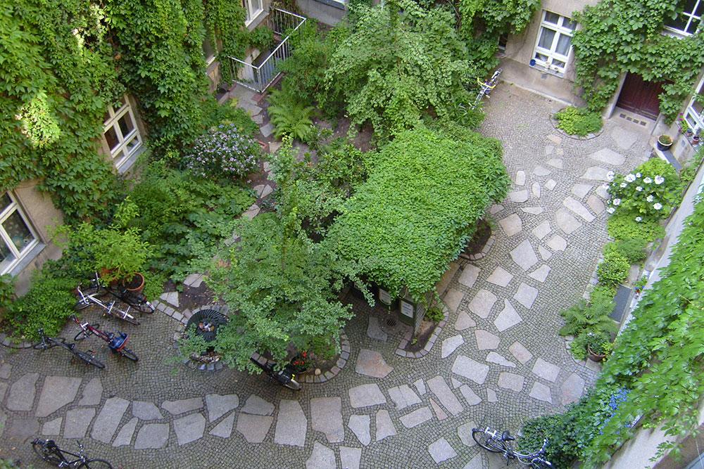Komplettanlage von zwei Höfen mit Charlottenburger-Granit-Platten-Bruch und Mosaikpflaster