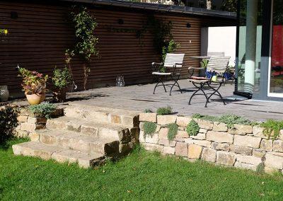 Privatgarten mit Trockenmauern, Treppen, Sitzplatz und Holzdecks