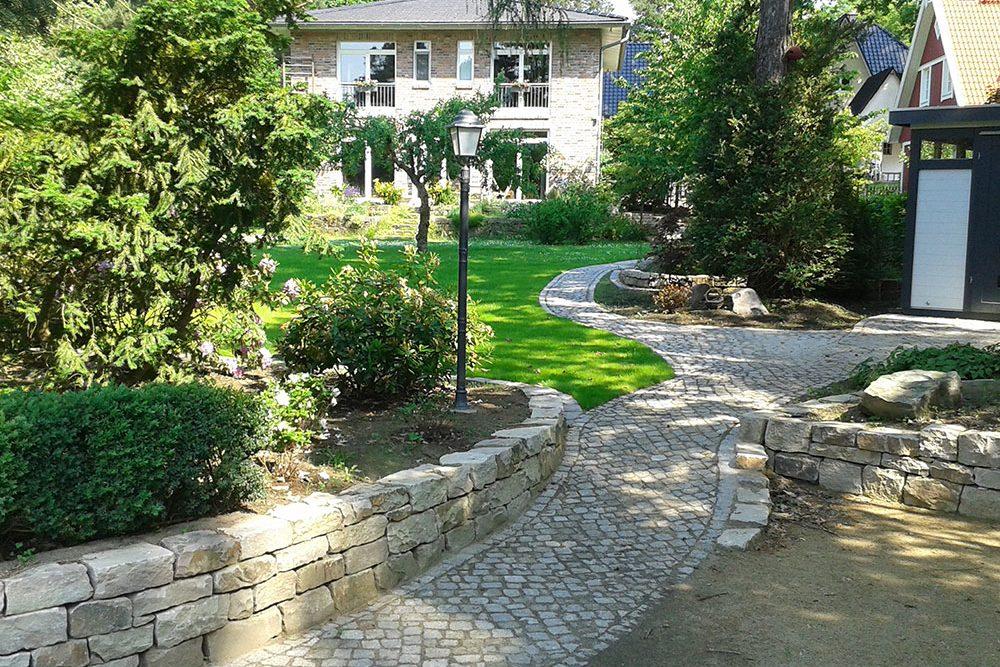 Privatgarten mit Mauern und Wegen aus Naturstein
